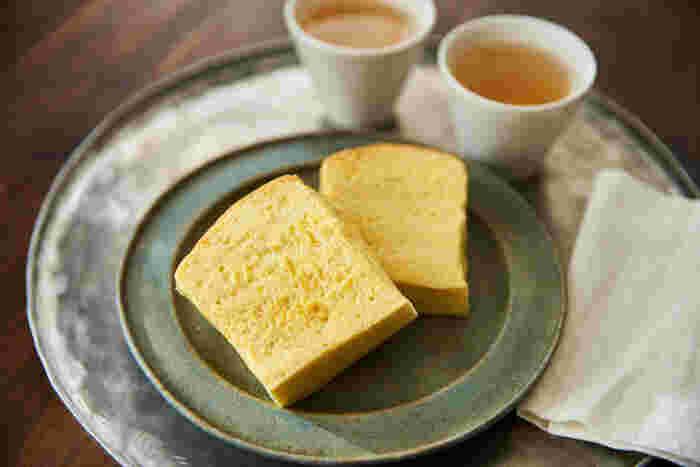 油、卵、薄力粉、牛乳、きび砂糖を使用した基本のレシピです。メレンゲ状に泡立てた卵白と、オーブンで湯煎焼きにすることが、台湾カステラならではの、しっとりプルプルに仕上がるポイント。卵の風味がしっかりと感じられる、素朴でやさしい味が魅力のレシピです。