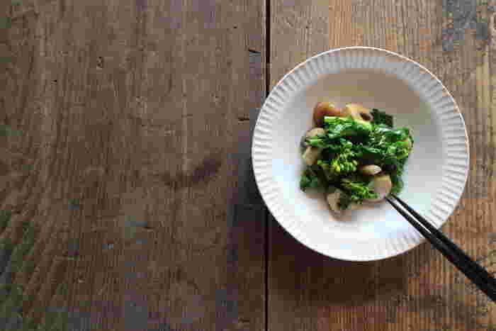 深さのある小皿であれば、汁物を入れても大丈夫。白い器に緑のおひたし・・・なんて素敵ですね。