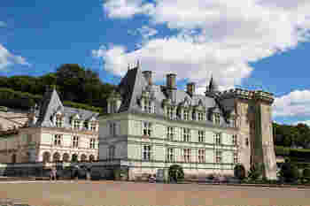パリより240キロ南西の位置に存在するヴィランドリー城はルネッサンス様式が用いられたとても美しい古城です。パリから高速電車、TGVでトゥール駅(Tours)下車でそこからお城までシャトルバスが出ています。他にも近辺に古城がいくつかあるのでまとめてトゥール発のツアーに参加すると効率よく回れます。