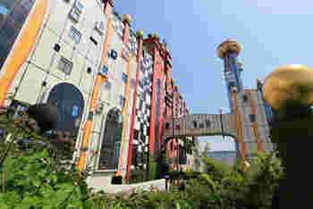 カラフルな外壁と、美しい曲線。何かのテーマパーク?と思いきや、実はここ、大阪にある「ゴミ処理場」なのです。この建物をデザインしたのが、今回紹介したい「フリーデンスライヒ・フンデルトヴァッサー」という芸術家です。