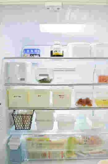 ダイソーの収納ケースは冷蔵庫の中身を整理するのにも便利なんです。何が入っているのか分かるようにラベルを貼っているのもいいアイデアですね。白で統一されたすっきりとした冷蔵庫、憧れます。食材が取りやすく、料理作りの効率もアップしそうですね。