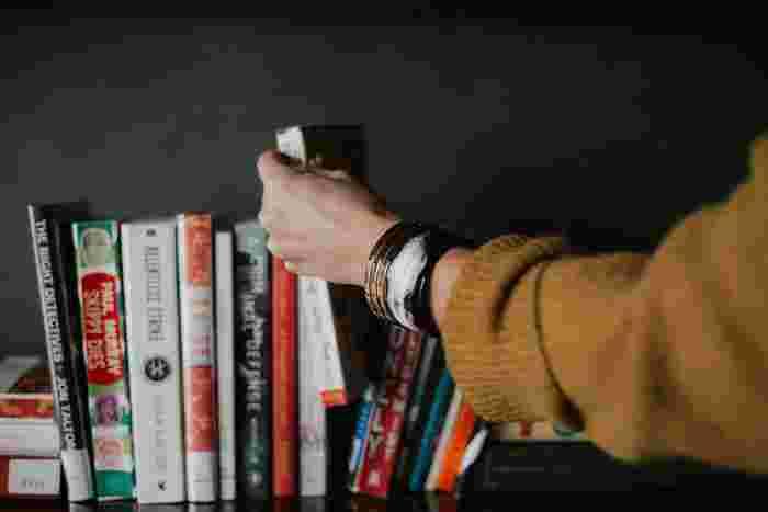 図書館に行けば、あらゆるジャンルの本に出会えます。おまけにどんな本でも無料で読めます。なので、失敗をおそれず読んだことの無いジャンルの本にトライしてみましょう。最後まで読めなくても構いません。とりあえずかじってみれば、新しい出会いがあるかもしれません。