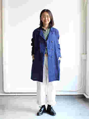 シャリ感のあるリネンをインディゴに染めたコート。 しっかりとウエイトがあり、ダブルの仕立てでかっこいいです。 深みのあるデニム色は、どんな服にも合いますね。