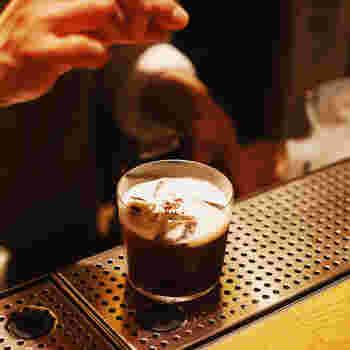 フロートした生クリームの上に、挽いたコーヒーの粉を散らします。こうするとグラスに口が近づいた際にほんのりとコーヒーが香るので、嗅覚でも楽しめるカクテルになります。もしそこまでコーヒー感がいらない場合は、コーヒーの粉ではなく豆にすると香りがそこまで出ないので、好みでアレンジしてください。