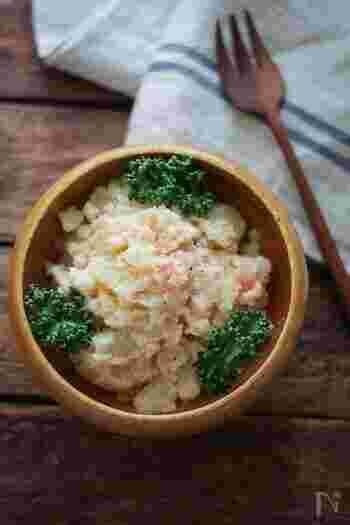 タラモサラダは、じゃがいもとタラコをマヨネーズベースの調味料で味付けして作ります。じゃがいもは粉ふきいもにしてから和えるのがコツ。タラコがピンク色のアクセントになるので、彩りにも参考にしてみてください♪