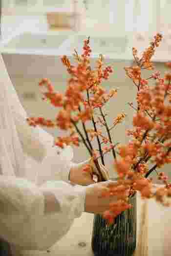 難しいと思われがちな枝ものは、花器に生けるだけでお部屋の主役になってくれるのでぜひ取り入れてみて下さい。目を惹くので、あなたの視界に入るたび嬉しくなること間違いありません。曲線が美しいものを選んでみて!