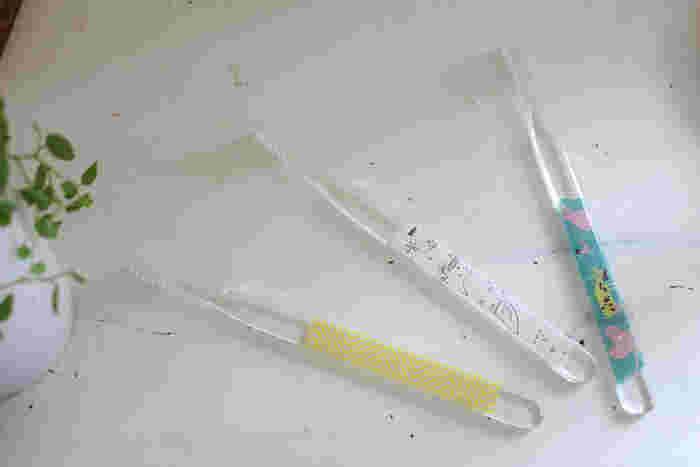 無印良品の透明の歯ブラシ。シンプルでかっこいいけれど、家族の誰のものか見分けにくく混乱することも。そんなときも、異なる柄のマスキングテープをそれぞれに貼れば問題解決します。お子さんの好きな柄のマステを貼ると喜びそうですね。