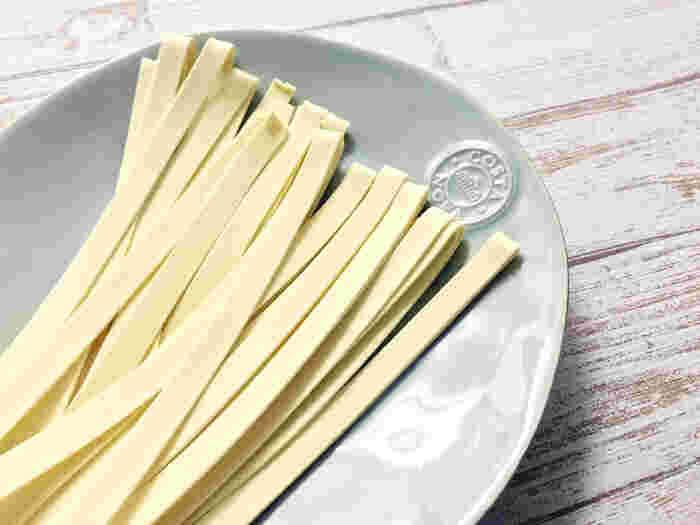 タッリアテッレがイタリア北部での名称に対し、イタリア中部から南部ではフェットチーネと呼ばれています。 タッリアテッレよりやや幅広で、濃厚なクリームソースによく合います。