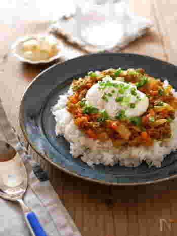 カレーの味とポーチドエッグは、ベストマッチング。梅干しを入れてさっぱりと。ポーチドエッグをつぶして、カレーやご飯と混ぜて召し上がれ。