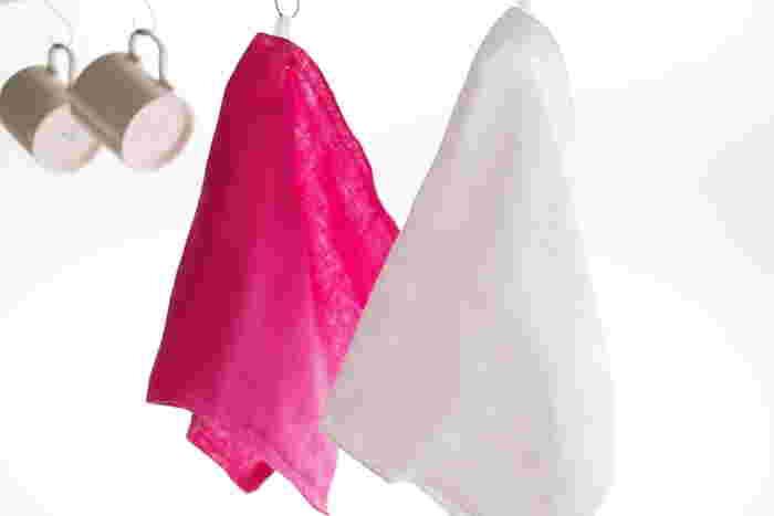 鮮やかなピンクとスッキリとした白。どちらも無地ならではの心地よさがあります。引っ掛けておくとまるでアクセントのように華やかにお部屋を演出してくれそうです。