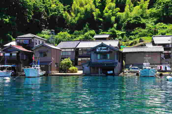 背後の山の緑と建物と水面に映る影が見事な情景を見せてくれます。