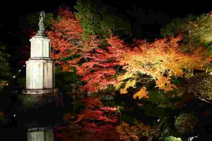 京友禅染めの始祖宮崎友禅の生誕300年を記念して造られた庭園、友禅染では素晴らしい景色が待っています。東山から湧き出す水を引き入れて造られた池の水面が、鏡のように色鮮やかに紅葉した樹々を映し出す様は、絵画のようです。