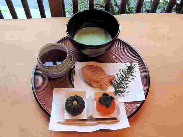 店内には、町の風情にぴったりな雰囲気の喫茶コーナーがあり、ゆったり一服することが出来ます。抹茶だけでも頂けますが、せっかくなら好みの和菓子を頼んでセットで頂きましょう。 【画像は、艶々の丹波大納言小豆の餡が頭から尾までしっかり詰まった名物の『小鯛焼』と、季節の生菓子2種。】
