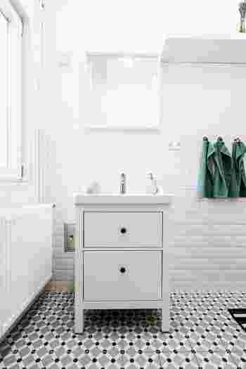 洗面所は、衛生用品や掃除道具、洗濯洗剤やタオルなど、こまごまとしたモノが集まる場所です。手洗いや歯磨きなど、日に何度も使いますから、その都度いらないモノはないかチェックすることで、キレイな状態をキープできるようになります。