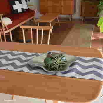 普段のすっきりと片付いたテーブルにもテーブルランナーを一枚、敷きこむだけでスタイリッシュな空間を演出することができます。