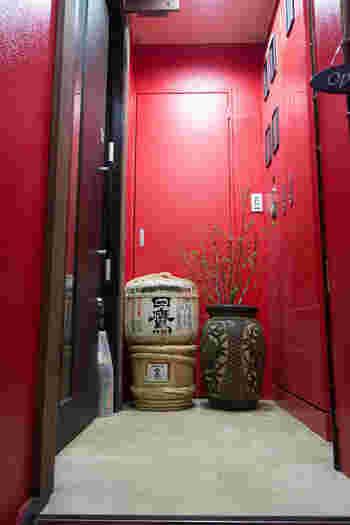 鎌倉駅西口のロータリーからすぐそばにある「畔家」は、ビルの階段を3階までのぼった先、樽酒と真っ赤な壁が目印。こちらは、そうめん専門店ではなく、日本各地のおいしいものとお酒が楽しめるお店です。