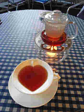 お茶を注ぐとハートが浮かび上がってくるかわいいカップ! キャンドルウォーマーで温めてくれるので、お茶がすぐに冷めてしまわず、ゆっくりと楽しむことができます。  こちらで飲めるハーブティーは販売もされているので、家でも同じハーブティーを飲めるのもうれしいですね。