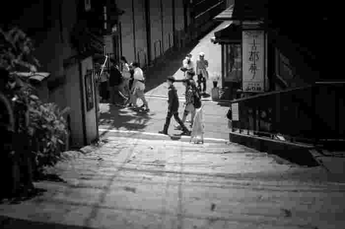 清水坂と茶わん坂の間の広い敷地に、「クラフトショップ朝日陶庵」や「陶芸体験 美器工房」、「アートサロンくら」など、直営の店舗施設が点在しています。【画像は「ちゃわん坂」。清水焼や織・扇子・菓子などの京の伝統が並びます。】