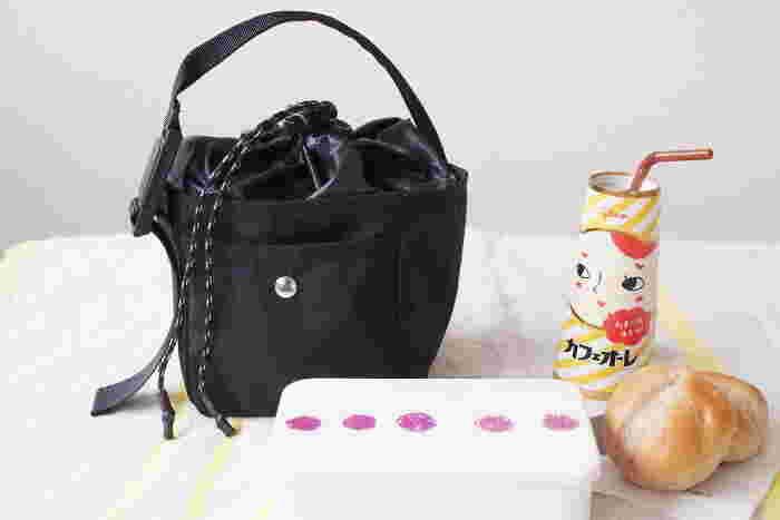 キュッと縛る口としっかりとした取っ手が可愛らしい保冷バッグです。お弁当や飲み物を入れておくのに丁度いい深さとマチがあります。