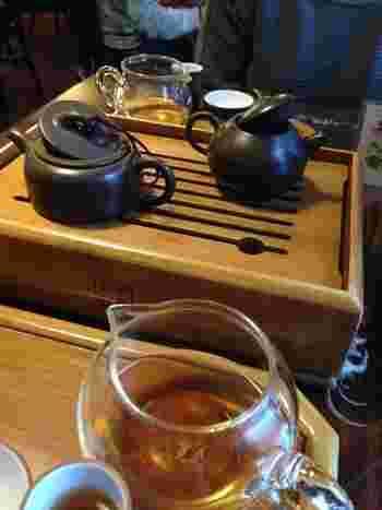 それぞれの中国茶の個性溢れる香りと味を最大限引き出す為に、様々な素材や形の茶器を使い分けるそうです。同じお茶でも茶器によって、香りと味が変化するは驚きです。こちらでは、中国茶の正しい知識の普及を目指し、初級コースからプロ養成講座などの講習会も開催しています。