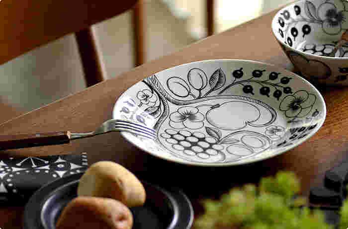 ツルっとした滑らかな手触りの磁器。石を砕いた粉砕物が原料に使われていています。上品で繊細に見えますが、実は陶器より硬くて丈夫。ナイフやフォークを使っても傷つきにくいのが長所です。