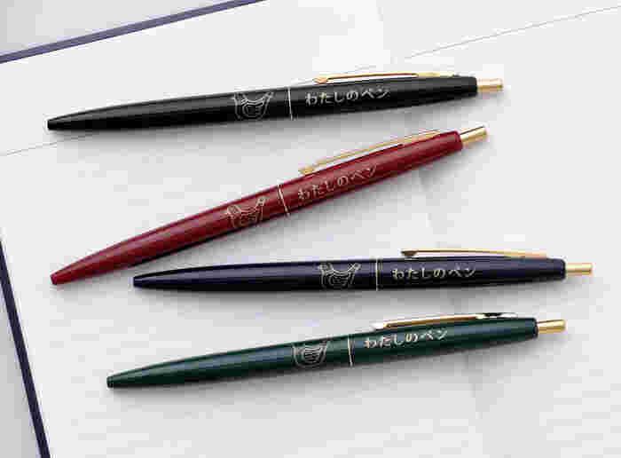 クラシックなカラーリングに、ニューレトロでおなじみの「ハトブエ」がデザインされたノックボールペン。「わたしのペン」というストレートな主張に、遊び心を感じます。「スワン」柄もとてもキュートなので、揃えたくなってしまいそうですね。