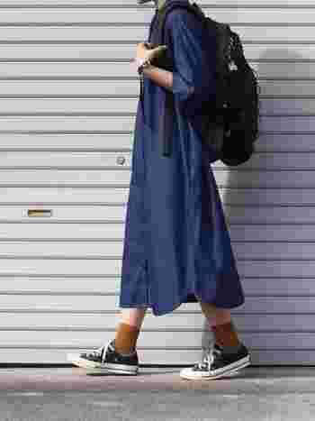 無印良品のベーシックなシャツワンピースは、カラー、デザイン共に着こなしやすく、ミニマルな佇まいが魅力。インディゴブルーのシャツワンピースは1枚でもとてもきれいに着こなせます。靴下を差し色にアクセントをつけるのも素敵ですよ。