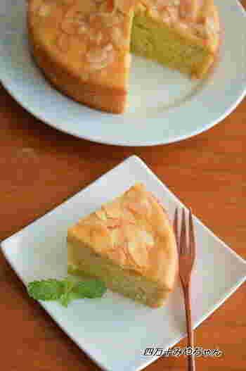 ホットケーキミックスを使えばしっとり美味しいさつまいもケーキも簡単にできちゃいます!アーモンドを散らしてデコレーションして♪