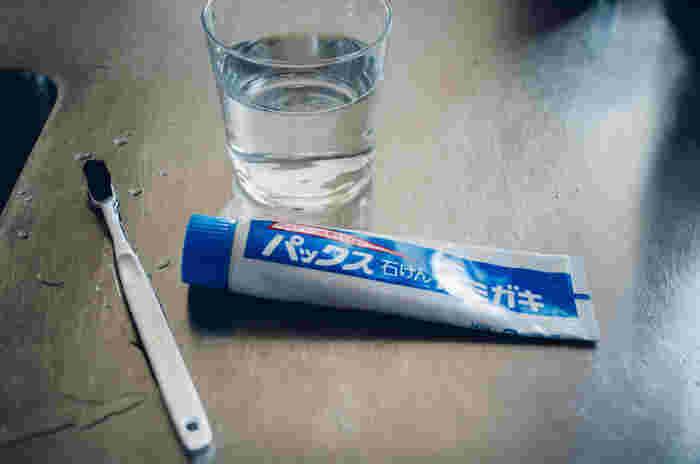 昔ながらのシンプルなせっけん素地を使った歯磨き剤です。味蕾を損なわないので歯磨き直後に飲食しても変な味がしたりする事はありません。泡立ちが控えめなのでしっかりとブラッシングする事ができます。