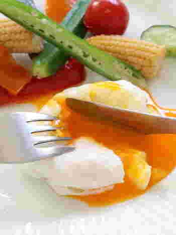 イギリスの朝ごはんで出てくるポーチドエッグ。ちょっとコツがいるこの料理も、コーヒーフィルターを使えば簡単に作ることができます!