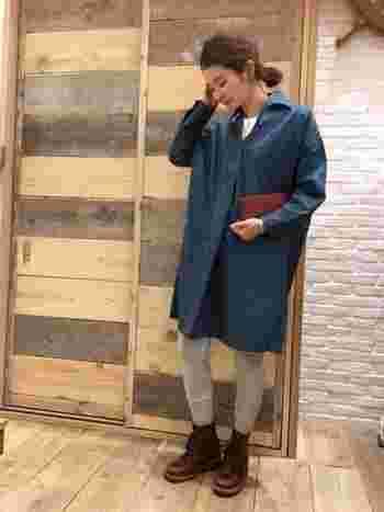 グレーのレギンスから続く、ダークブラウンのショートブーツ。寒色から暖色へとスムーズにつながるよう、間にベージュのソックスをサンドします。