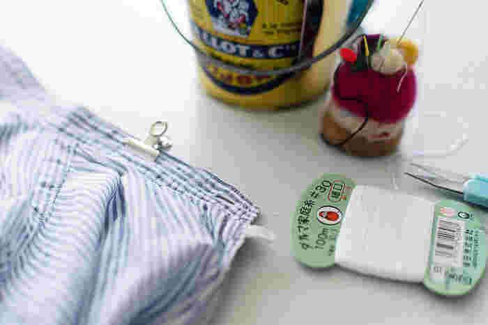 襟がはずれたら、シャツの本体の襟元を縫い合わせていきます。一度アイロンをかけてから、まち針やクリップで押さえミシンをかけるときれいに仕上がります。