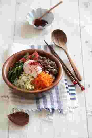 にんじん、ピーマン、トマトと美肌効果が期待できる食材をたっぷり使ったレシピ。ナムルの食感や味わいをひとつずつ楽しんでいただきたい一品です。こちらのレシピはにんにくを抜いていますが、お好みで加えてもおいしくいただけます。