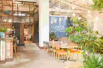 昨年の6月にオープンした複合施設「YANE」の中にあるカフェレストラン。天井が高く解放感のある店内は、お子さまからお年寄りまでくつろげる空間をコンセプトにしています。ランチの日替わりプレートや、自家製パスタ、創作料理、デザートも人気です。