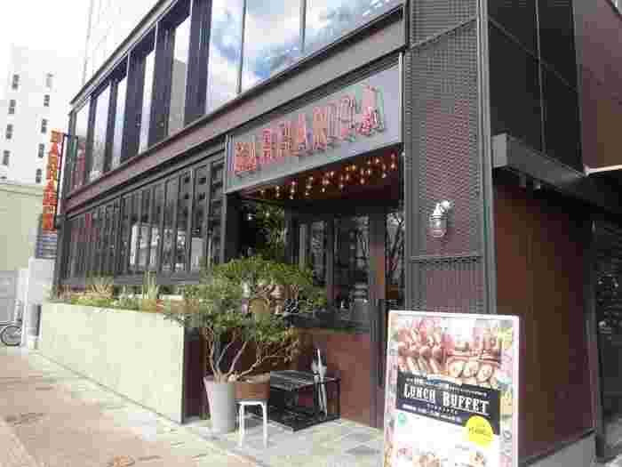 天神駅から徒歩5分の大名にある「BARRANCA」は、海外のレストランのような洗練された雰囲気が自慢のダイニング。ビュッフェ付きのお得なランチが大人気のお店です。パンは無くなり次第終了なので、早めに訪れるのがおすすめ。