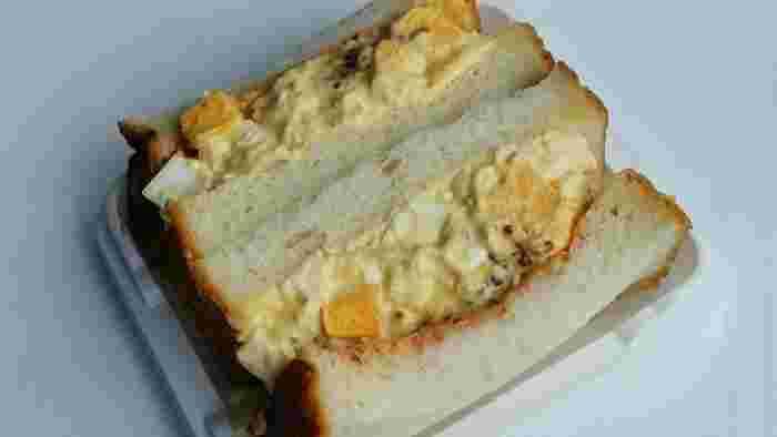 サンドイッチも具だくさん&分厚い食パン!