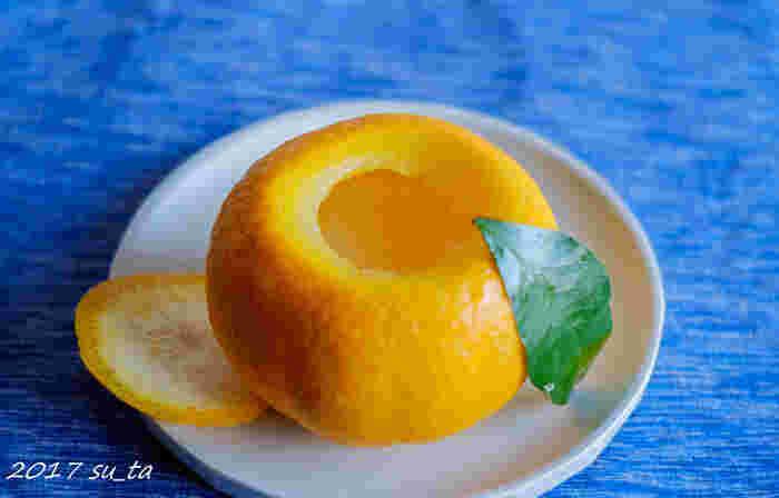これからの暑くなる時期におすすめのスイーツは、老松の「夏柑糖(なつかんとう)」です。夏みかん果汁を寒天で固めた甘みと程よい苦みのある大人向けのスイーツです。