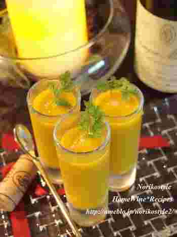 冷製のかぼちゃスープに、カルダモンやシナモンなどのスパイスをたっぷりと入れて。仕上げに塩で味を引き締めます。副菜としても、ワインのおつまみにも。