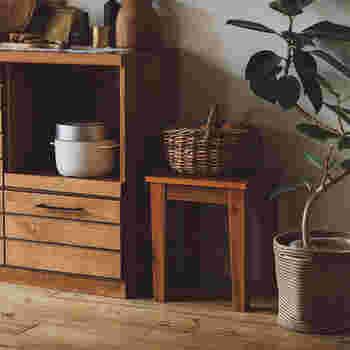 オイルフィニッシュの質感は、ナチュラルな雰囲気のインテリアとしてもお部屋に馴染みます。植物やオブジェを飾っておく台にしても素敵ですし、荷物の一時的な置き場に使ったり、サイドテーブルのようにしてソファ脇に置くなど、アイデア次第でいろいろな使い方ができます。