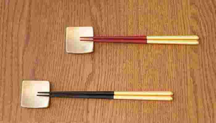 金箔が施された夫婦箸はお祝い品らしい華やかさがあります。箸置きは豆皿にもなる優れものです。毎日使いから、おもてなしの席まで対応してくれそうですね。