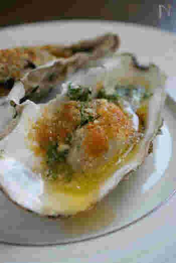 フランス・ブルゴーニュのエスカルゴ料理を、牡蠣で。牡蠣にパン粉をふってエスカルゴバターをのせ、オーブンで焼きます。チリペッパーやタバスコをかけて召し上がれ。