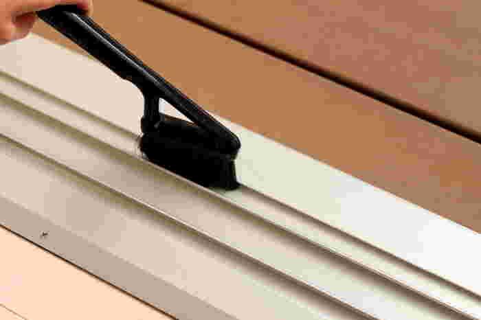 サッシの部分は先に掃除機でホコリを吸っておき、そのあと先の細いブラシでかき出します。水を少量ずつ流して、屋外側に流れるようにします。がんこな汚れがある場合は爪楊枝やヘラの先にウェットティッシュを巻いてこすりましょう。