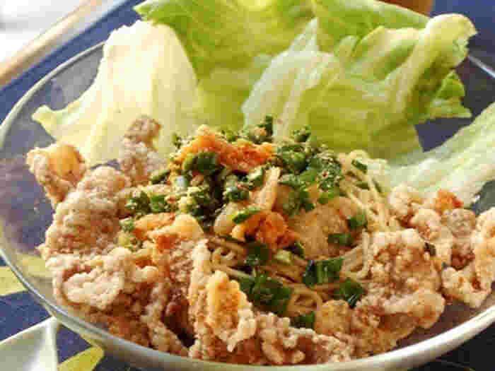 韓国風の味付けをしたコクのあるそうめんに、豚バラ肉の唐揚げで味と食感にアクセントを加えたレシピです。パンチのある味付けなので、生野菜がたっぷりと食べられて、ボリュームも満点。暑い季節にちょうどいいですね。