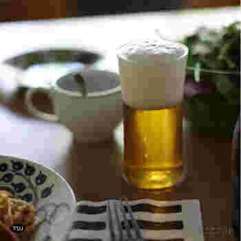 東京都墨田区でいまも作り続けられている、TIME&STYLEのグラス【TSUYU】。 シンプルですとんとしたシルエットは、お酒を楽しむ大人たちのために作られました。