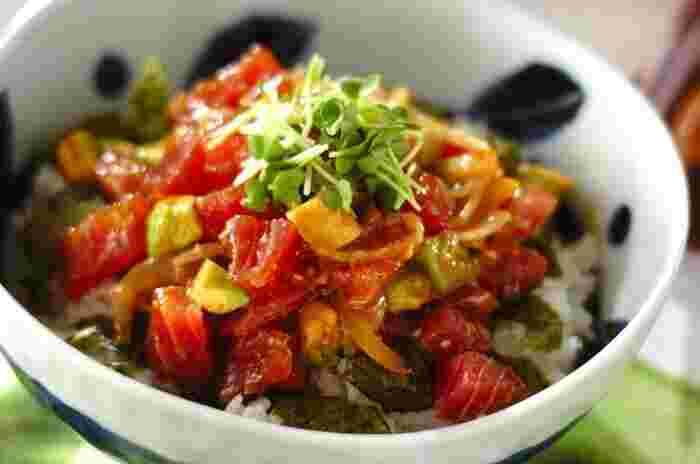 マグロの漁獲量が多いハワイで有名な「アヒポキ丼」。「アヒ」はマグロのことを指し、「ポキ」は切るという意味だそうです。  こちらは「マグロ」と「アボカド」という絶対美味しい組み合わせをメイン食材で「アヒポキ丼」。お醤油、みりん、ごま油など、家にあるもので簡単に作ることができますよ。  こちらの「E・レシピ」のサイトで、「絶対おいしい!」マークが付いている人気レシピですので、ぜひ作ってみてくださいね。