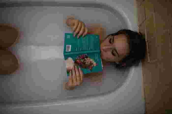 気をつけたいのはお湯の温度。38~40℃くらいのぬるめのお湯を、胸の下くらいまで張り、身体に負担が掛からないよう入浴しましょう。水分補給も忘れずに! 本が濡れてしまうのが気になる場合は、古本や雑誌などを。また、防水のお風呂用読書カバーなどの便利グッズもあるので、取り入れてみても良いかも♪