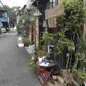 グリーンに囲まれた山小屋風の外観が目をひく「トンボロ(tomboro)」。建築士のオーナーさんが、事務所のすぐ隣にオープンしたお店です。表通りから路地に入った場所にあるので、比較的静か。隠れ家としてぴったりですね。  場所は、都営大江戸線・牛込神楽坂駅及び、東京メトロ東西線・神楽坂駅から、5分程度歩いたところにあります。