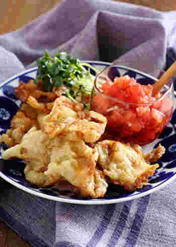 おつまみと言えば、揚げ物は定番のひとつですね。こちらは豚肉の天ぷらでボリューミーですが、黒酢とトマトのタレでさっぱり食べられるのが魅力。揚げ物だとこってりし過ぎてしまう、という人にもおすすめのレシピです。
