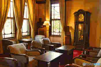奈良ホテルの歴史は、今から約110年前の明治39年まで遡ります。奈良ホテルは、鉄道などを管轄していた「鉄道院」という官庁により建てられました。文明開化により西洋文化が浸透していた当時、新しく建てる建物に関しては、由緒ある古建築と合うデザインにすることが求められていたそうです。この方針に従い、奈良ホテルには和風建築物と洋風建築物の両方を備えたデザインが採用されたといわれています。