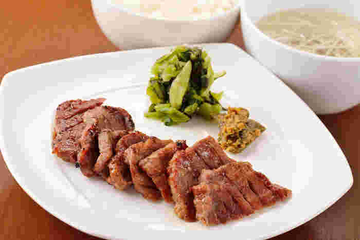 炭火焼きの牛たん定食や、牛たんシチュー、牛たんカレー、伊達の牛たんスープ、牛たん釜めし仕立て、牛たん入りつくねや、やわらか煮など、様々な牛タンメニューが充実しており、どれも魅力的。味に満足したら、お家で待っている家族や自分用に美味しい牛たんのお土産はいかがでしょうか。